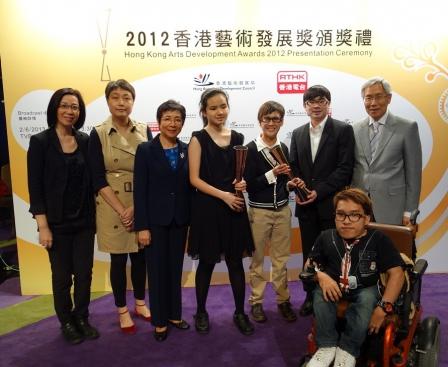 本會名譽會長方津生醫生, SBS, JP (右一) 與本會主席、顧問、委員、職員及展能藝術家一同出席頒獎禮。
