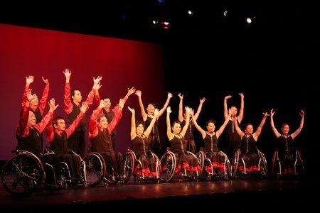 《藝無疆2009》參賽隊伍「手舞觸動」表演充滿動感的手語歌及輪椅舞
