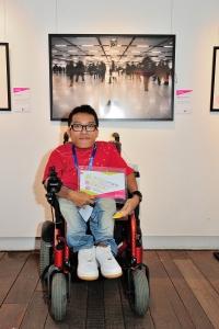 鄭啟文憑着身得的作品《寂寞鞋子》奪得《藝無疆2012》公開組銀獎。