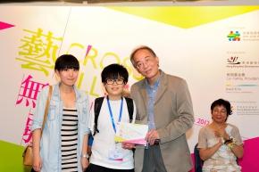 周勇平先生頒獎給青年組銅獎得主楊小芳