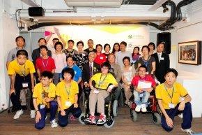 香港展能藝術會主席及委員與一眾嘉賓、得獎者和參加者合照