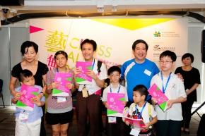 呂寧信先生頒獎給一眾學生組的優勝者