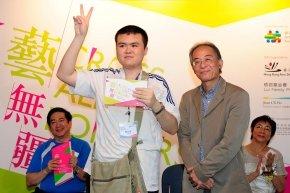 周勇平先生頒獎給青年組銀獎得主劉文海