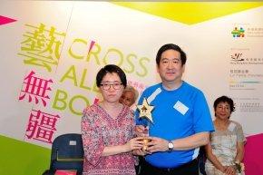 呂寧信先生頒獎給得獎者代表