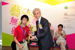 吳志華博士頒獎給公開組金獎得主嚴家鴻