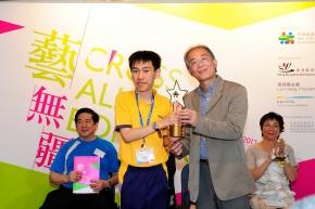周勇平先生頒獎給青年組金獎得主黃潤銓