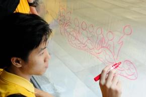 參加者在導賞工作坊中畫畫
