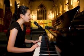 蕭凱恩以鋼琴自彈自唱