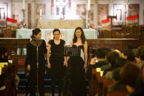 蕭凱恩與郭品文(左)和林穎穎(右)合唱