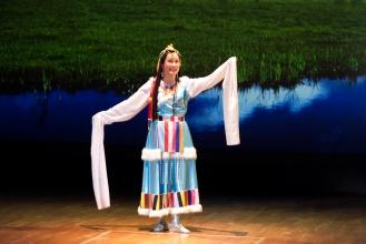 沈燕萍表演唱歌及舞蹈
