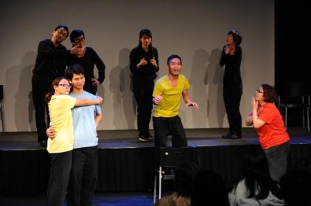 演員與劇場視形傳譯員(黑衫)一起演出