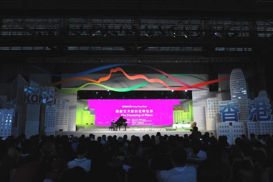 展能藝術天使李軒與花藝師鄧燕妹在「寶鋼大舞台」上展現光芒。