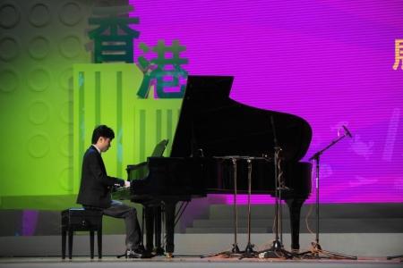 李軒彈奏經典鋼琴曲目,包括《雨滴》和《夜曲》,以紀念蕭邦誕生二百周年。