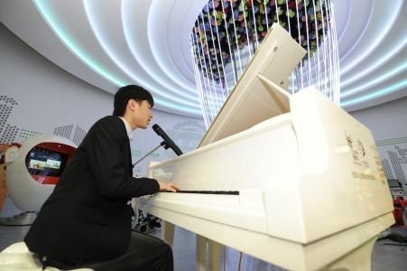 李軒為觀眾送上古典音樂及自彈自唱經典國語金曲。