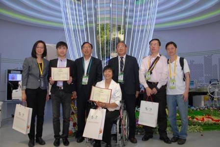 生命陽光館館長曹子平先生致送證書及紀念品給香港展能藝術會代表團。