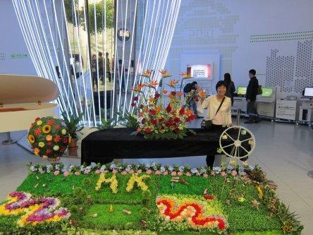 舞台以一個美麗花園作為布景,內有鞦韆和氫氣球,是由鄧燕妹佈置。她利用了十六種不同顏色的花卉拼湊出這個舞台花園,和兩個以「香港品牌」飛龍標誌為藍本的裝飾,靈感源自香港的國際都會和充滿活力的形象。