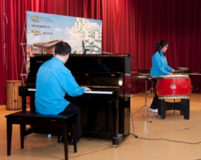 明讚與思薇以鋼琴及中國鼓合奏「太陽花」,為巡迴演出揭開序幕