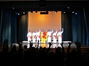 觀眾反應興奮雀躍,向演員揮動雙手以示支持,場面熱鬧非常。