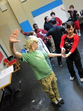 當地聾人學校的學生對中國戲曲造手很感興趣,發揮創意,擺出生鬼有趣的姿勢。