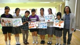 播道書院的同學嘗試足畫後與展能藝術家陳冬梅合照