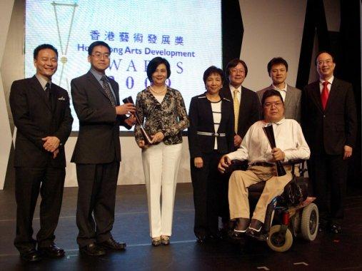 「展能藝術天使」高楠先生 (右二)、溫錦輝先生 (右三) 與本會主席林彩珠女士 (左四) 和其他「藝術教育獎」之得獎者合照。