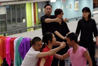 IAS是「一人一故事劇場」基地。除了以「一劇場」學院(香港)提供正統的訓練,定期的《全民一劇場》(Playback for ALL),更是全球首創同時提供劇場視形傳譯及口述影像的「一劇場」演出。