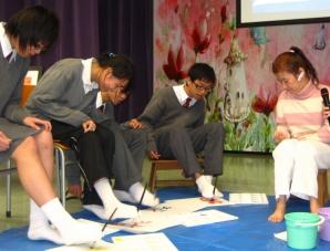 足畫家陳冬梅在 ADA 的「公眾教育計劃」到學校分享及示範,讓同學體驗以不同方法創作藝術。