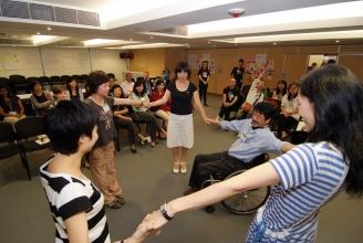 ADA與國際展能藝術會合辦「國際展能藝術學院」,把外國經驗率先引進香港,更讓來自世界各地的展能藝術工作者可以交流經驗。