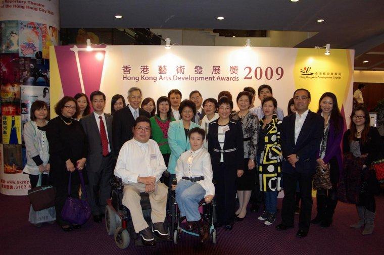 本會名譽會長方津生醫生, SBS, JP (左六) 與本會主席、顧問、委員、職員及展能藝術家一同出席頒獎禮。