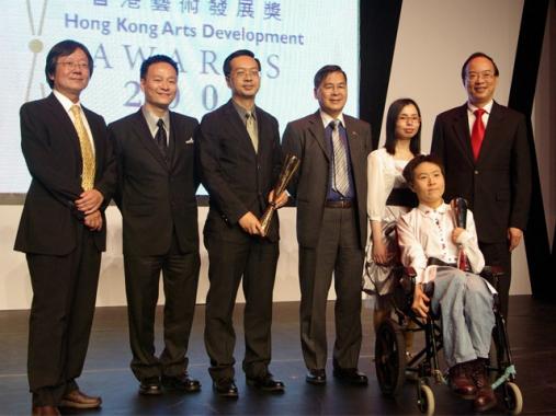 「展能藝術天使」廖東梅小姐 (右二)、汪明欣小姐 (右三) 及本會副主席楊德華先生 (右四) 和其他「藝術推廣獎」之得獎者合照。