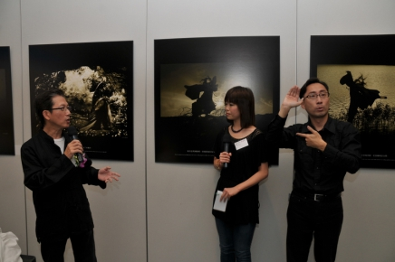 Andy 於 3+3 攝影展當手語傳譯。