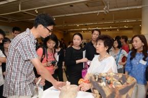 公開組銀獎得主劉志強先生 (左) 向來賓介紹作品的創作理念