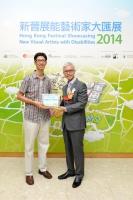 康樂及文化事務署助理署長吳志華博士 (右) 頒獎予公開組銀獎得主劉志強先生 (左)