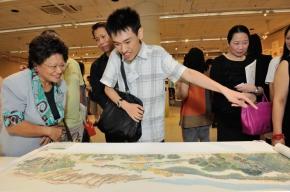 青年組銀獎得主黃潤銓向來賓介紹自己的作品