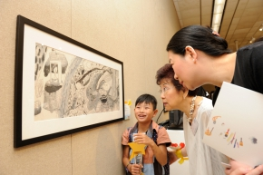 年僅7歲的學生組金獎得主姜旭倫向來賓介紹自己的作品