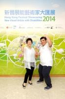 呂鶴鳴伉儷悟宿基金會董事呂少玲小姐 (左) 頒獎予青年組金獎得主李嘉樂 (右)