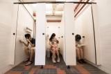 鄭啟文攝影作品《你會在廁所食飯嗎?》