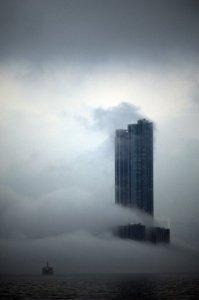 譚阜基攝影作品《暴霧迷城》