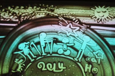 李世豪沙畫作品《沙畫留影之「一點燭光」》