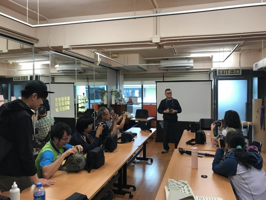 //圖片為攝影班學員, 在藝術通達服務中心專注上課時的照片。//